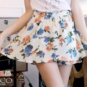 ♥♥พร้อมส่งค่ะ♥♥ กระโปรงกางเกงขาสั้น พื้นสีขาวครีมลายดอกไม้โทนสีหวานๆ ผ้า Silk สวยพริ้ว ใส่สบาย