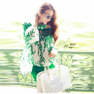 """""""พร้อมส่ง""""เสื้อผ้าแฟชั่นสไตล์เกาหลีราคาถูก Brand Vivi Fashion เสื้อชีฟองสีขาวลายใบไม้สีเขียว แขนยาวมียางยืดปลายแขน ช่วงบนแต่งลูกไม้ถักสีเขียว ไม่มีซับใน สวยค่ะ"""