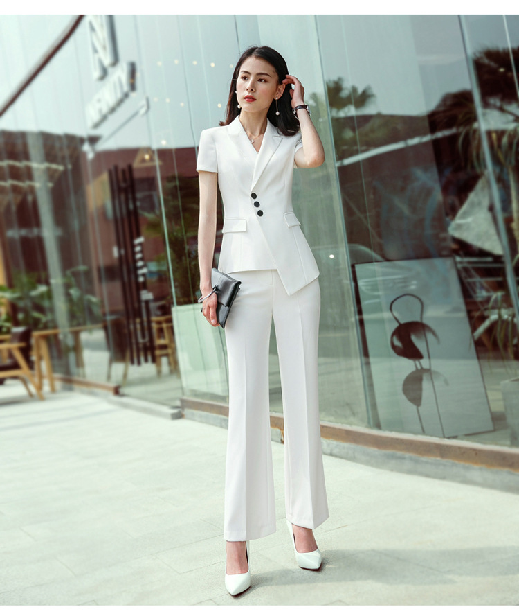 ชุดสูทผู้หญิงแฟชั่นมีปก สีขาว พร้อมกางเกงสีขาว เป็นชุดทำงานเรียบหรู