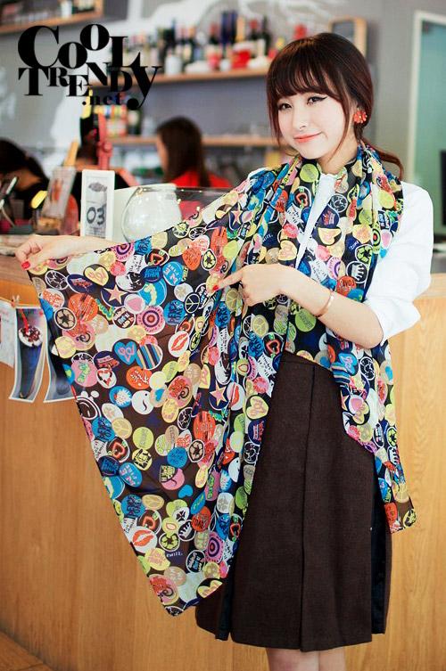 ผ้าพันคอแฟชั่น Retro Graphic : เข็มกลัดสีดำ ผ้าชีฟอง size 160x45 cm