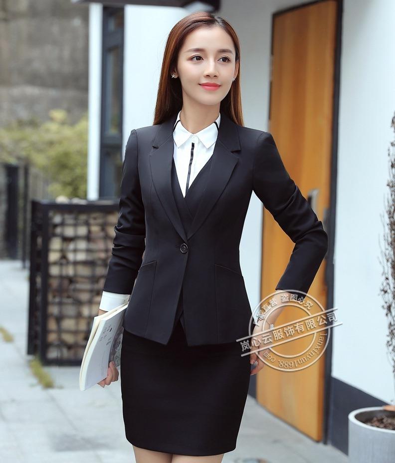 ชุดสูทผู้หญิงแขนยาว เสื้อสูทมีปกสีดำ พร้อมกระโปรงสีดำ
