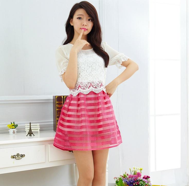 """size L """"พร้อมส่ง""""เสื้อผ้าแฟชั่นสไตล์เกาหลีราคาถูก เดรสเสื้อลูกไม้แขนสั้นสีขาว ต่อกระโปรงผ้าโปร่งสลับลายขวาง -สีชมพู"""
