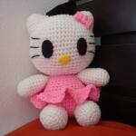 ตุ๊กตาโครเชต์คิตตี้ใส่ชุดสีชมพู ขนาด10นิ้ว