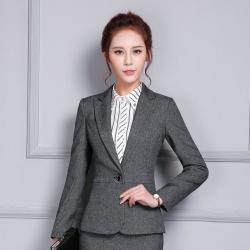 ชุดสูทผู้หญิงแฟชั่นมีปก สีเทาดำ พร้อมกางเกงสีเทาดำ เป็นชุดทำงานเรียบหรู